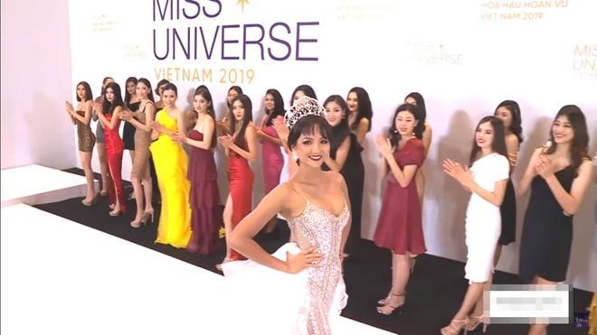 Thí sinh Hoa hậu Hoàn vũ vấp ngã, bị chê khi mặc bikini, Hương Ly phải xin lỗi vì phi guốc trước mặt giám khảo - Ảnh 3.