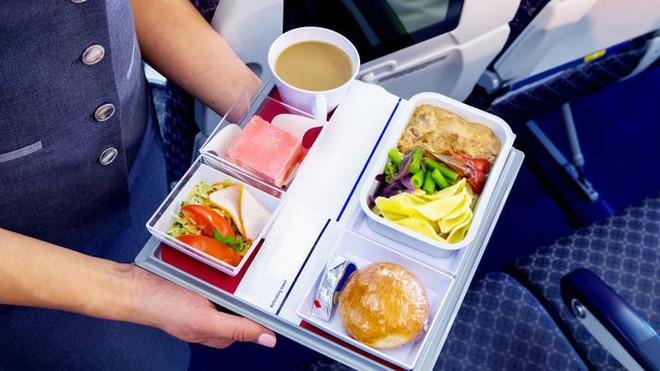 Tại sao ăn trên máy bay lại không ngon miệng bằng khi ăn dưới mặt đất? - Ảnh 1.