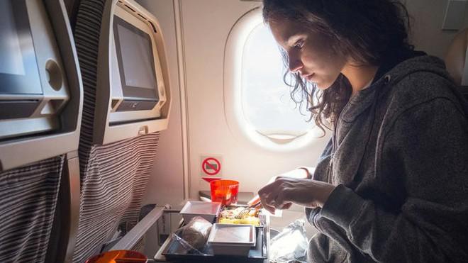 Tại sao ăn trên máy bay lại không ngon miệng bằng khi ăn dưới mặt đất? - Ảnh 2.