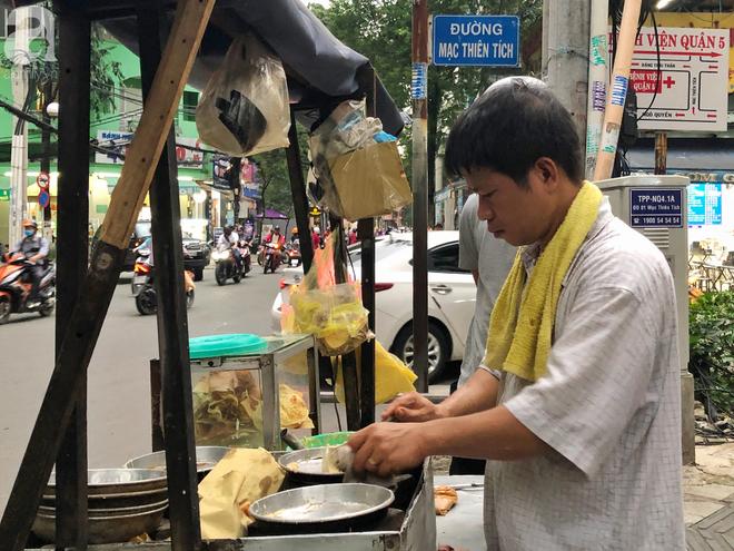 Xe bánh nướng vui vẻ của ông chú Sài Gòn, khách hàng đến chỉ có cười tít mắt: Chụp hình tui mỏ nhọn nhớ photoshop lại cho đẹp nha - Ảnh 1.