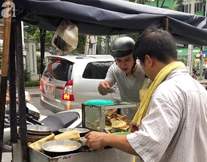 Xe bánh nướng vui vẻ của ông chú Sài Gòn, khách hàng đến chỉ có cười tít mắt: Chụp hình tui mỏ nhọn nhớ photoshop lại cho đẹp nha - Ảnh 2.