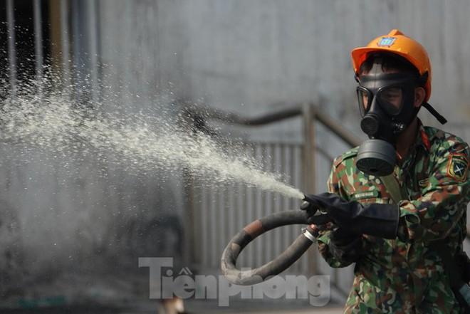 Cận cảnh bộ đội dùng súng phun hóa chất để tẩy độc Rạng Đông - Ảnh 2.