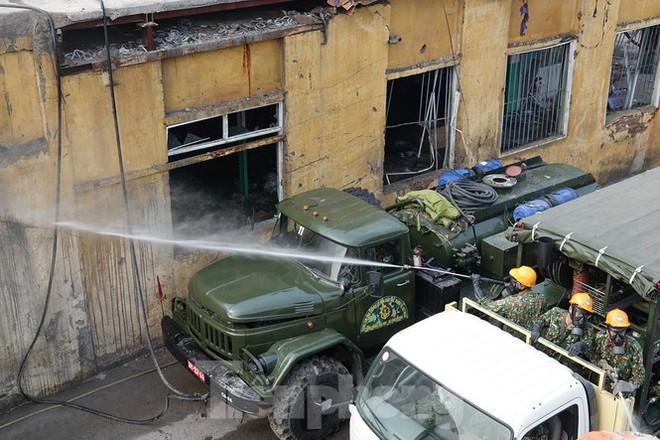 Cận cảnh bộ đội dùng súng phun hóa chất để tẩy độc Rạng Đông - Ảnh 11.