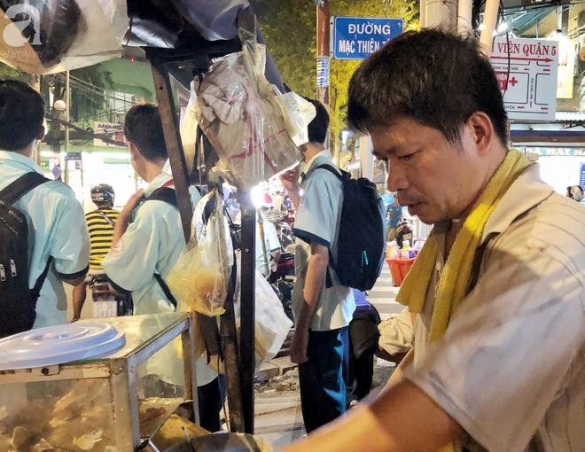 Xe bánh nướng vui vẻ của ông chú Sài Gòn, khách hàng đến chỉ có cười tít mắt: Chụp hình tui mỏ nhọn nhớ photoshop lại cho đẹp nha - Ảnh 12.