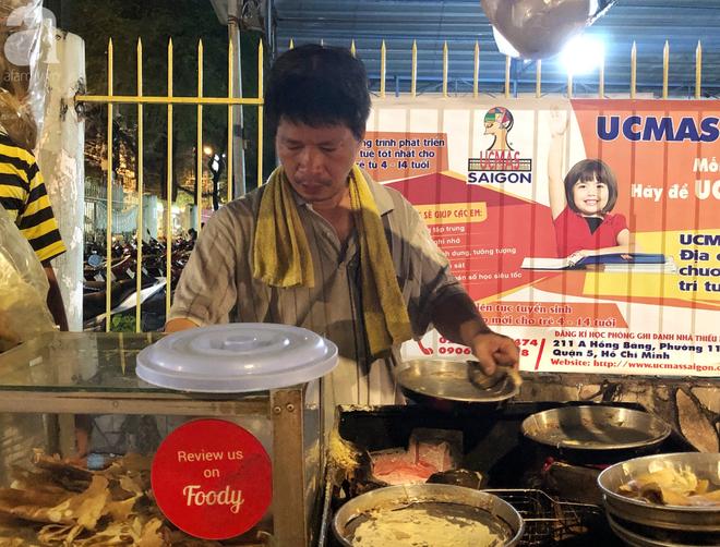 Xe bánh nướng vui vẻ của ông chú Sài Gòn, khách hàng đến chỉ có cười tít mắt: Chụp hình tui mỏ nhọn nhớ photoshop lại cho đẹp nha - Ảnh 14.