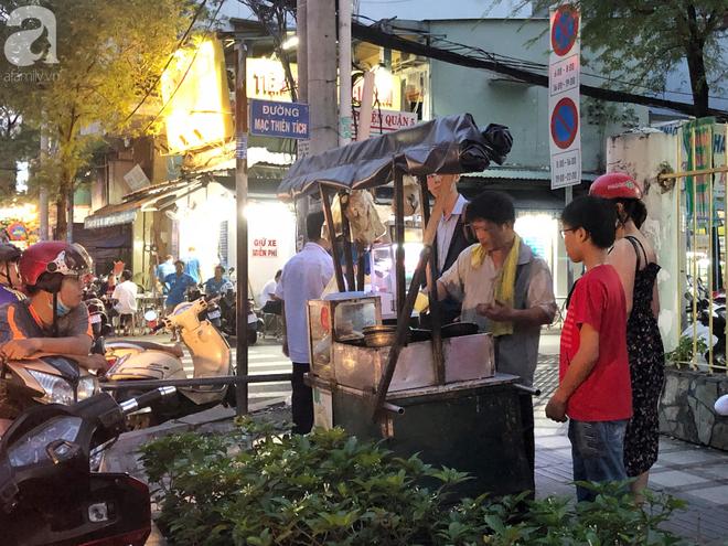 Xe bánh nướng vui vẻ của ông chú Sài Gòn, khách hàng đến chỉ có cười tít mắt: Chụp hình tui mỏ nhọn nhớ photoshop lại cho đẹp nha - Ảnh 15.