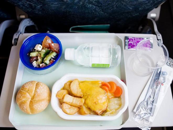 Tại sao ăn trên máy bay lại không ngon miệng bằng khi ăn dưới mặt đất? - Ảnh 3.