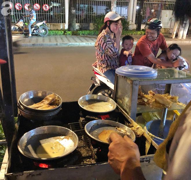 Xe bánh nướng vui vẻ của ông chú Sài Gòn, khách hàng đến chỉ có cười tít mắt: Chụp hình tui mỏ nhọn nhớ photoshop lại cho đẹp nha - Ảnh 3.