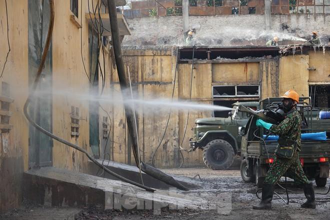 Cận cảnh bộ đội dùng súng phun hóa chất để tẩy độc Rạng Đông - Ảnh 3.