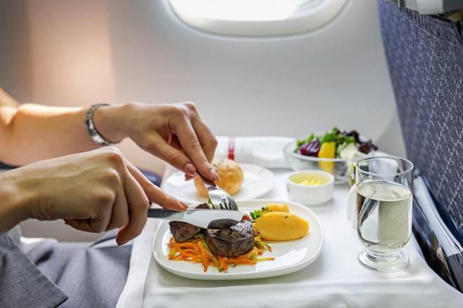 Tại sao ăn trên máy bay lại không ngon miệng bằng khi ăn dưới mặt đất? - Ảnh 4.