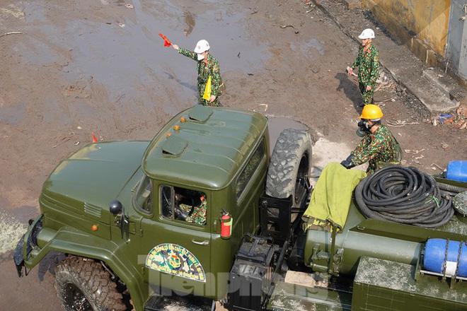 Cận cảnh bộ đội dùng súng phun hóa chất để tẩy độc Rạng Đông - Ảnh 5.