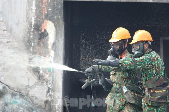 Cận cảnh bộ đội dùng súng phun hóa chất để tẩy độc Rạng Đông - Ảnh 6.