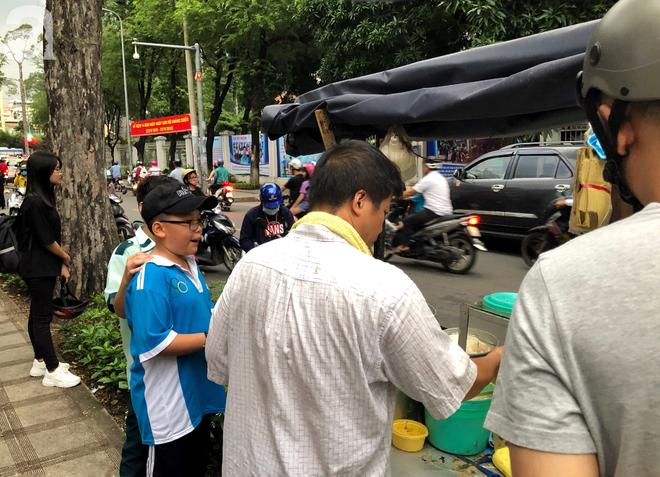 Xe bánh nướng vui vẻ của ông chú Sài Gòn, khách hàng đến chỉ có cười tít mắt: Chụp hình tui mỏ nhọn nhớ photoshop lại cho đẹp nha - Ảnh 7.