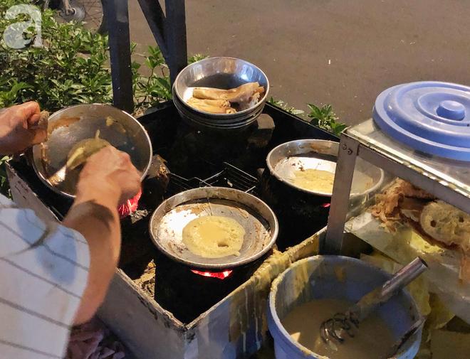 Xe bánh nướng vui vẻ của ông chú Sài Gòn, khách hàng đến chỉ có cười tít mắt: Chụp hình tui mỏ nhọn nhớ photoshop lại cho đẹp nha - Ảnh 8.