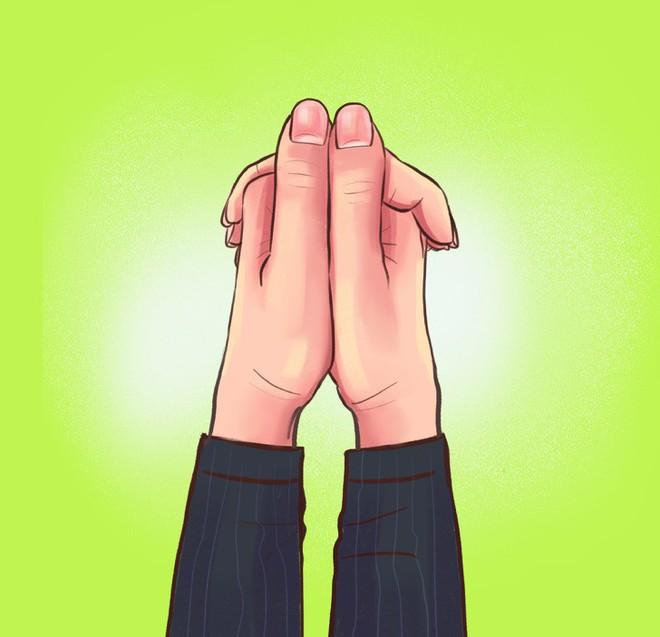 Thói quen nắm hai tay của bạn là thế nào? Nếu là giống số 2 thì bạn rất có tố chất lãnh đạo - Ảnh 2.