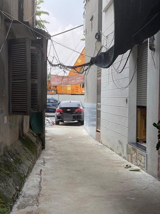 Đỗ ô tô ở vị trí quá hiểm, người chủ xe khiến cả ngõ xôn xao, tức tốc đi tìm  - Ảnh 3.