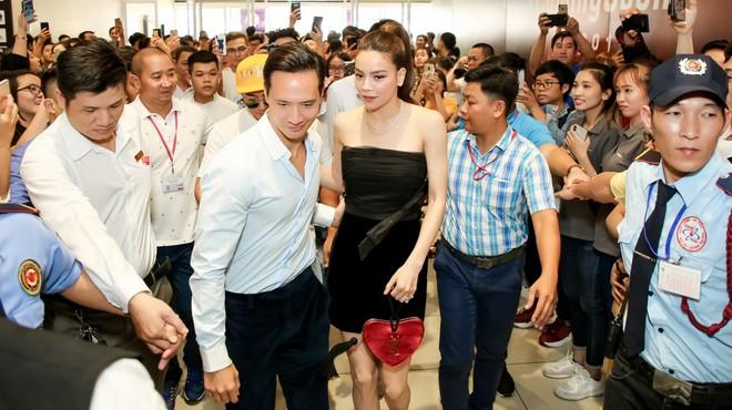 Kim Lý nắm chặt tay, Hồ Ngọc Hà mỉm cười hạnh phúc giữa nơi đông nghịt người - Ảnh 1.