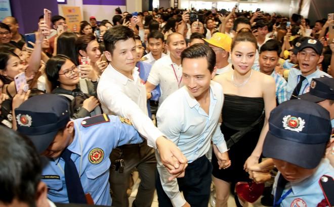 Kim Lý nắm chặt tay, Hồ Ngọc Hà mỉm cười hạnh phúc giữa nơi đông nghịt người
