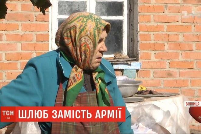 Cưới bà cụ hơn mình 57 tuổi để trốn nghĩa vụ quân sự - Ảnh 2.