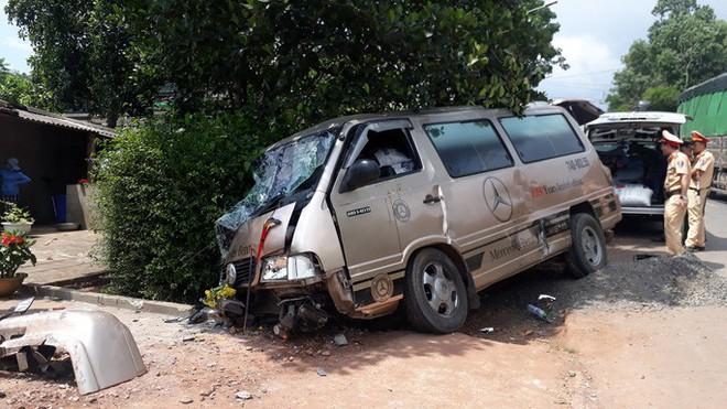 Tai nạn liên hoàn giữa 3 ôtô và một xe container, 3 người bị thương  - Ảnh 1.