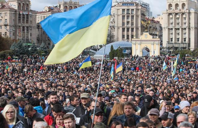 Ukraine biểu tình lớn trước thềm thượng đỉnh với Nga: Công thức hòa bình lung lay? - Ảnh 1.