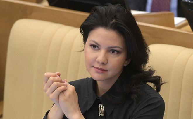 """Nữ nghị sĩ Nga bị FBI giữ lại thẩm vấn giữa đêm ở sân bay New York, Moskva """"nổi trận lôi đình"""""""