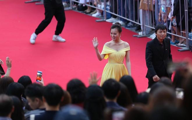 Phương Oanh xinh đẹp trên thảm đỏ LHP Busan, run rẩy khi gặp thần tượng Huỳnh Tông Trạch - Ảnh 1.