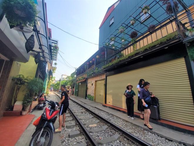 Hàng quán phố đường tàu Hà Nội đóng cửa, tiểu thương lo mất trắng trước tin dẹp tiệm - Ảnh 1.