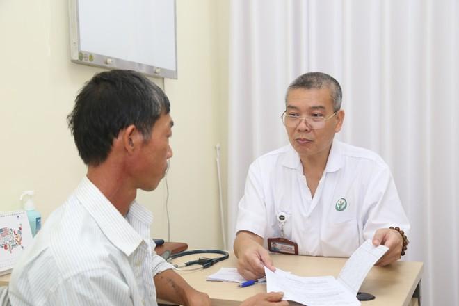PGS Nguyễn Hữu Ước: Cảnh giác với cơn đau thắt ngực - triệu chứng của căn bệnh gây đột tử - Ảnh 1.