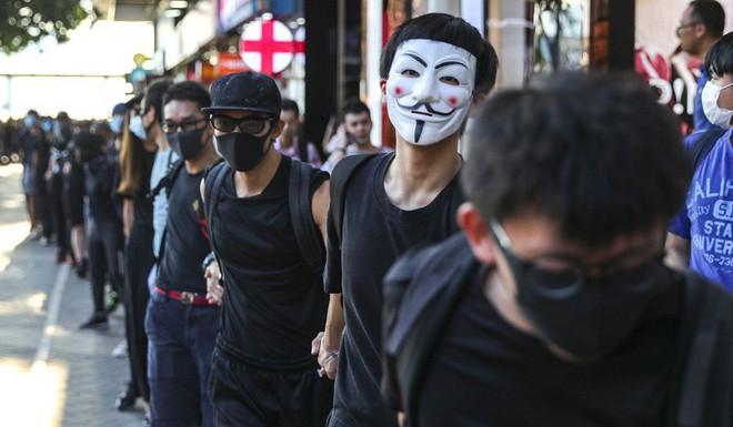 Hong Kong: Dân đổ xô tích trữ thực phẩm, rút tiền mặt - Ảnh 1.