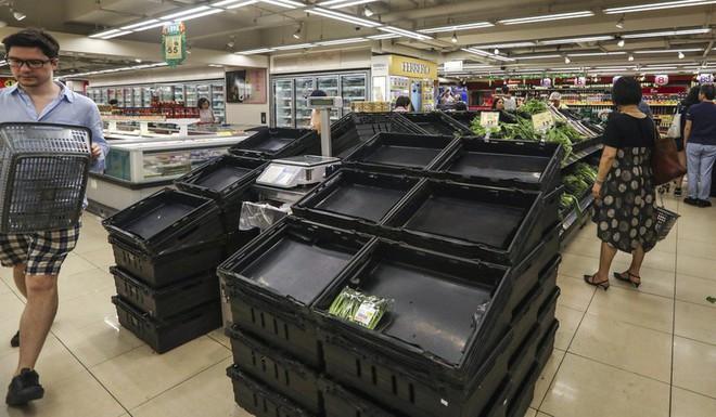 Hong Kong: Dân đổ xô tích trữ thực phẩm, rút tiền mặt - Ảnh 4.