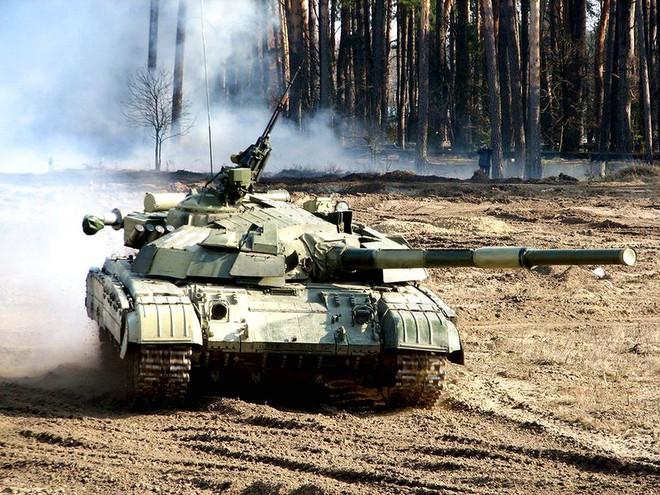 Xe tăng T-90 Nga không thương tiếc bắn bầm dập T-64 tương tự của Ukraine - Ảnh 4.