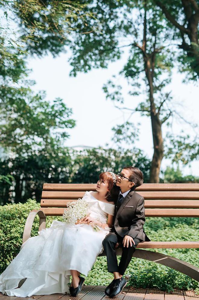Ảnh cưới của cô gái 1,2m với thầy giáo tí hon từng khiến cô trúng tiếng sét ái tình và say bia gọi khóc - ảnh 1