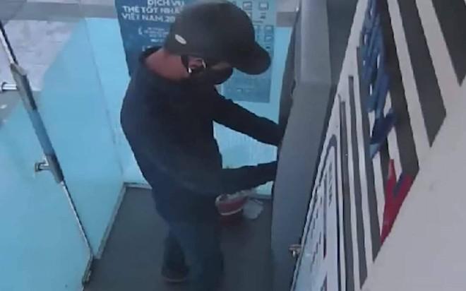 Truy tìm 2 đối tượng lắp camera siêu nhỏ ở cây ATM để đánh cắp thông tin khách hàng - Ảnh 1.