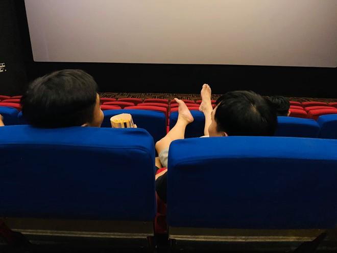 Người đàn ông với đôi chân hư trong rạp chiếu phim và quả đắng phải nhận sau đó - Ảnh 1.
