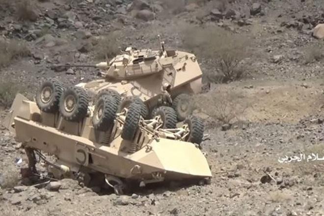 Lính Houthi chĩa AK gọi hàng, lính đại gia Saudi trong xe bọc thép sợ run như cầy sấy - Ảnh 1.