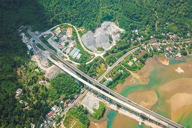 Độc đáo với những công trình giao thông chất nhất Việt Nam - Ảnh 2.