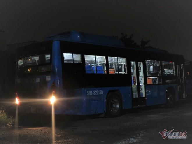 Buồng hạnh phúc trên xe buýt Sài Gòn, tài xế coi con trai riêng của vợ như con đẻ - Ảnh 1.