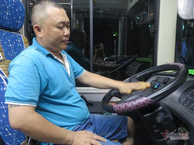 Buồng hạnh phúc trên xe buýt Sài Gòn, tài xế coi con trai riêng của vợ như con đẻ - Ảnh 2.