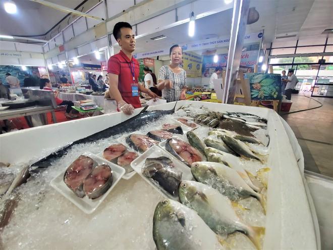 Cá ngừ đại dương nặng 30kg, thủy quái dài cả mét gây sốt tại chợ hải sản Hà Nội  - Ảnh 7.