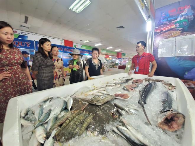 Cá ngừ đại dương nặng 30kg, thủy quái dài cả mét gây sốt tại chợ hải sản Hà Nội  - Ảnh 8.