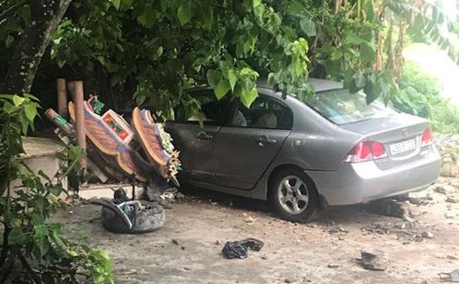 Nữ tài xế lái ô tô đâm sập miếu Ông Hổ trên núi Sơn Trà