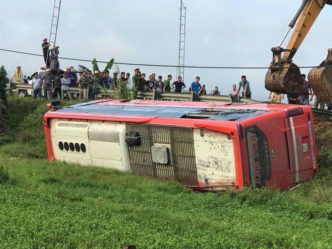 Lật xe giường nằm trên đường đi Lào, 1 người chết, 20 người bị thương - Ảnh 9.