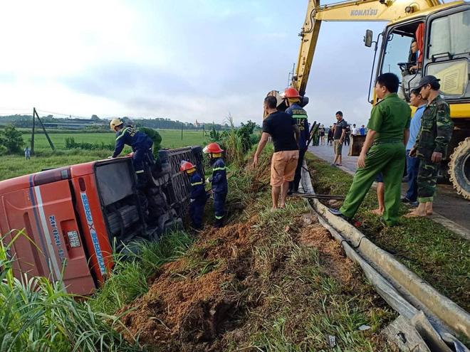 Lật xe giường nằm trên đường đi Lào, 1 người chết, 20 người bị thương - Ảnh 8.