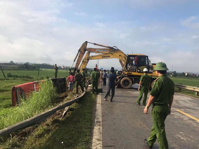 Lật xe giường nằm trên đường đi Lào, 1 người chết, 20 người bị thương - Ảnh 6.