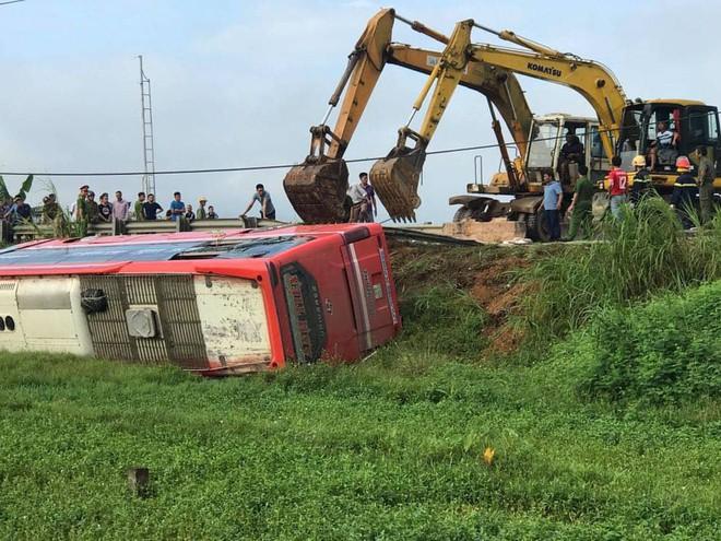Lật xe giường nằm trên đường đi Lào, 1 người chết, 20 người bị thương - Ảnh 4.
