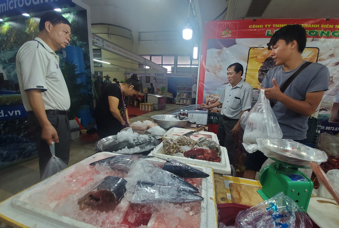 Cá ngừ đại dương nặng 30kg, thủy quái dài cả mét gây sốt tại chợ hải sản Hà Nội  - Ảnh 10.