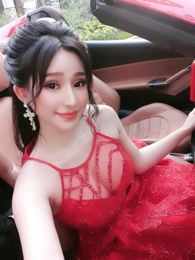 Chân dung người đẹp vừa để lộ loạt ảnh ôm ấp, tình tứ với ca sĩ Quang Lê - Ảnh 10.
