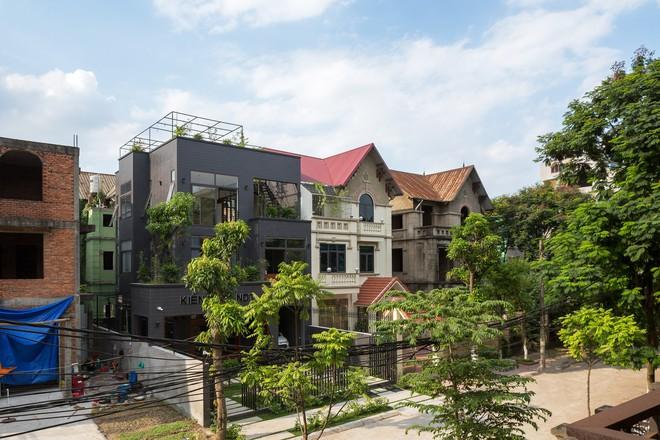 Căn nhà 15 năm tuổi đẹp ngỡ ngàng sau khi được cải tạo - Ảnh 1.