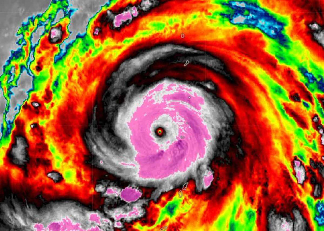 Hình ảnh mắt bão đáng sợ của siêu bão Hagibis. Ảnh: NASA